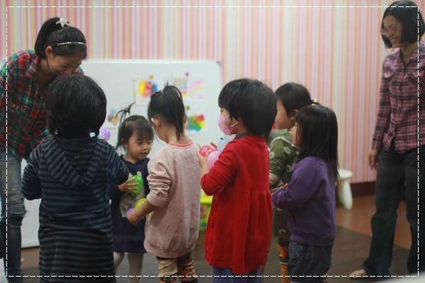 安娜愛英文✿‿✿聽Tiffany Hsu老師說顏色好好玩@艾比露比‧英文繪本館 (1).JPG