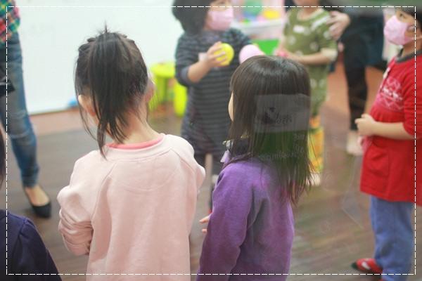 安娜愛英文✿‿✿聽Tiffany Hsu老師說顏色好好玩@艾比露比‧英文繪本館 (12).JPG