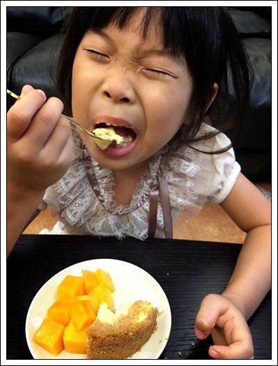 ﹝試吃﹞艾波索黑金磚 無限乳酪(原味)+芒果乳酪 (17).jpg