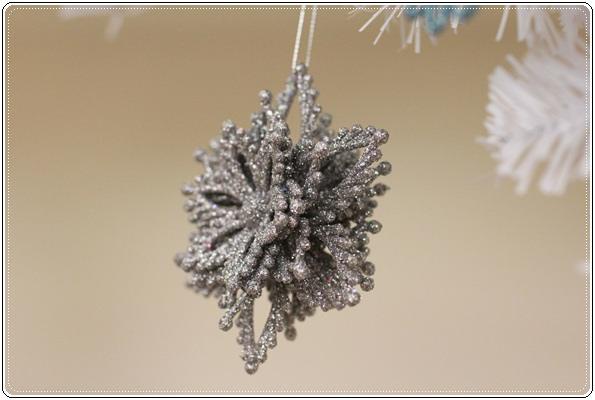 【小猴媽❤大創】聖誕節ㄟ居家佈置。拉哩溝~拉哩溝~歡迎來到艾莎女王的冰雪世界 (16).JPG